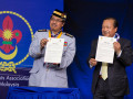 2014 26 Chief Scout of Malaysia   Tan Sri Shafi   Peace pledge signing 2014